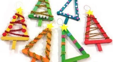 Participa en el guarniment de l'arbre de Nadal