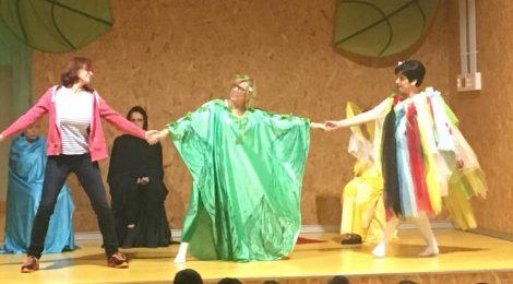 El grup de teatre actua a l'escola Marta Mata de Barberà
